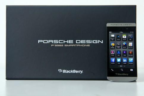 Đập hộp smartphone cảm ứng hạng sang của BlackBerry ở VN