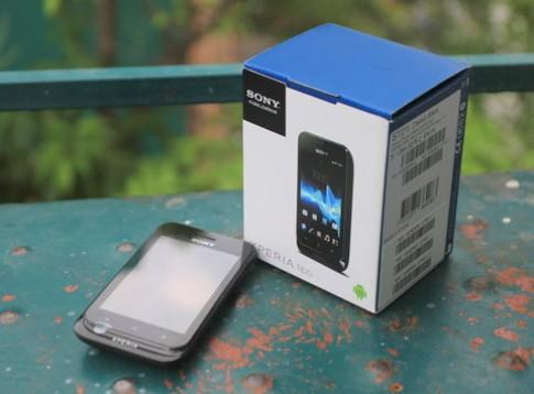 'Đập hộp' smartphone rẻ nhất của Sony tại Việt Nam