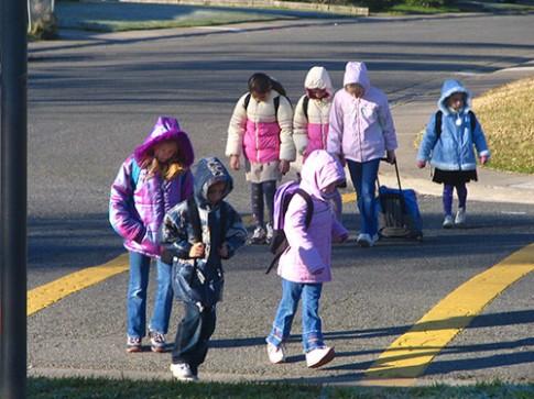 Dạy trẻ sang đường an toàn