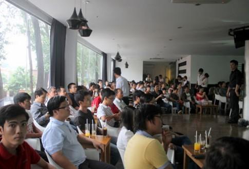 Đông người xem Galaxy S III ở Sài Gòn
