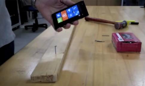 Dùng Lumia 900 thay búa đóng đinh