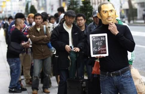 Fan Apple mua iPhone 4S vì Steve Jobs