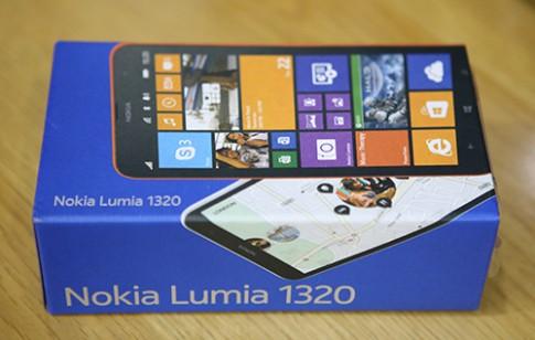 Hình ảnh mở hộp Nokia Lumia 1320 tại Việt Nam