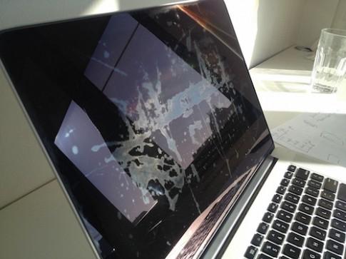 Khách hàng phàn nàn màn hình MacBook bị loang lổ