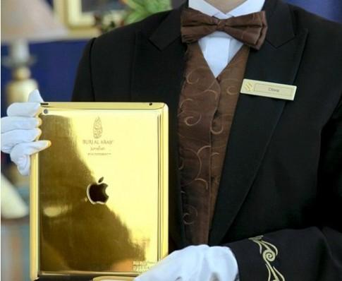 Khách sạn Arab cho khách dùng iPad bằng vàng 24 carat