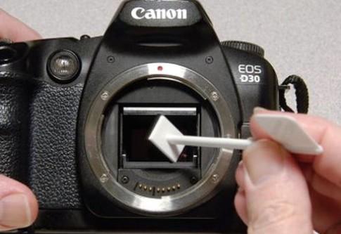 Làm sạch cảm biến và ống kính máy ảnh