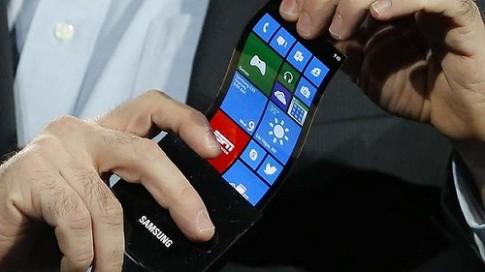 LG đua Samsung, cũng ra smartphone màn hình cong