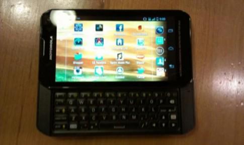 Lộ ảnh smartphone trượt với phím QWERTY của Motorola