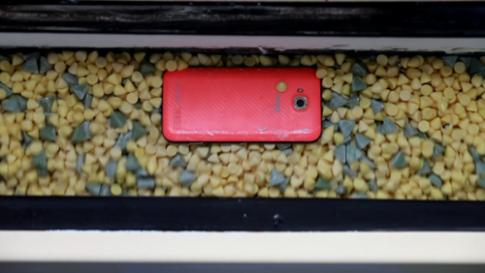 Màn tra tấn smartphoneRACER trước khi xuất xưởng