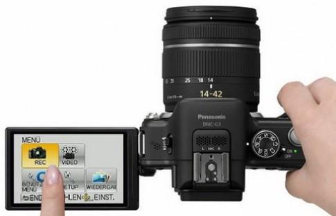 Máy ảnh thay ống kính màn hình lật