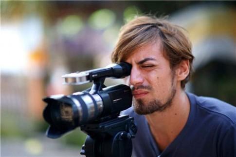 Máy quay NEX-VG10E lấy nét tự động với ống kính Alpha