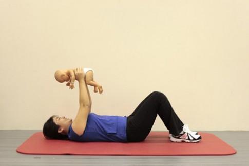 Mẹ và bé cùng tập thể dục