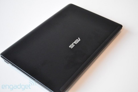 Mở hộp netbook nặng chỉ 1kg của Asus