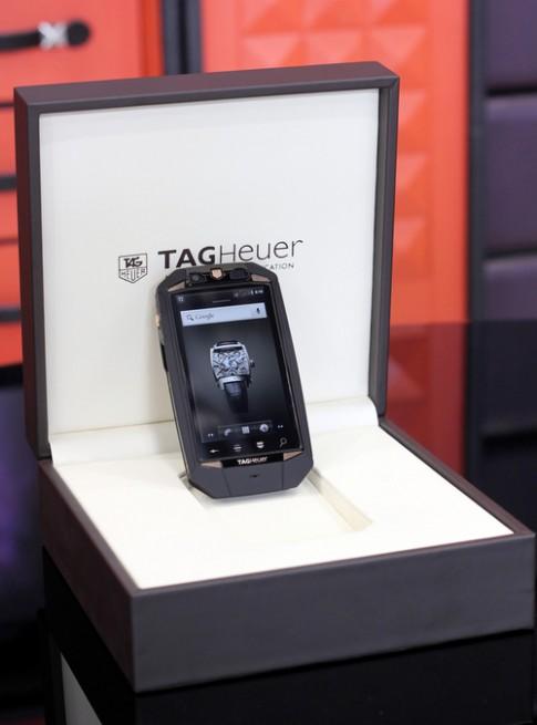 'Mở hộp' smartphone giá gần 200 triệu đồng của TAG Heuer
