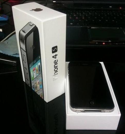 Một khách hàng có iPhone 4S trước ngày phát hành