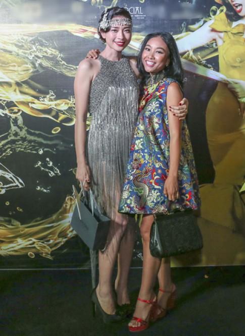 Ngô Thanh Vân mặc váy kim loại ăn sinh nhật muộn