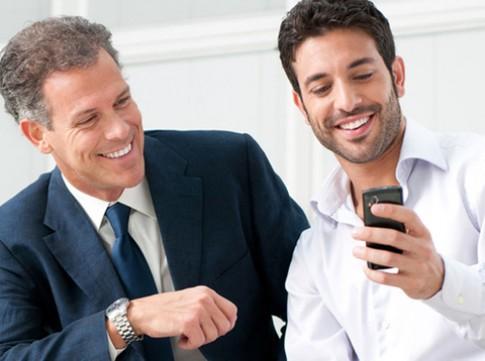 Người giàu ít dùng điện thoại để chơi game và mạng xã hội
