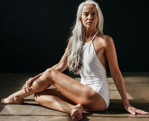 Người mẫu 60 tuổi tạo dáng với áo tắm