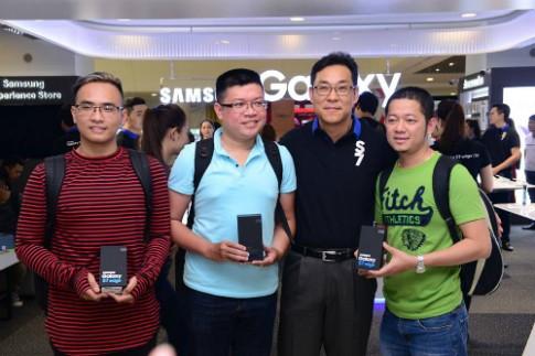 Người mua Galaxy S7 thích thú với khả năng chống nước