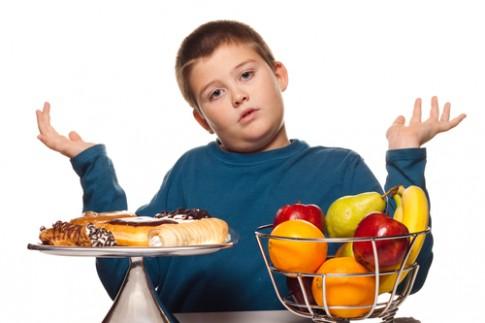 Nhồi con ăn đến đau dạ dày