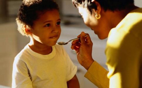 'Nhồi' con ăn là làm hại trẻ
