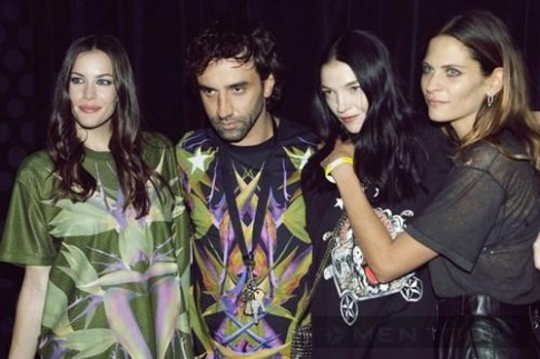 """Những mẫu T-shirt """"sốt sình sịch"""" của Givenchy"""