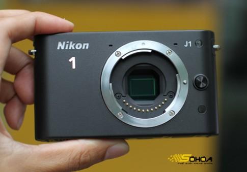 Nikon J1, V1 giá 15 triệu và 18,3 triệu