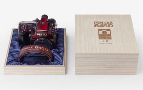 Pentax ra mắt 645D bản đặc biệt màu đỏ sơn mài