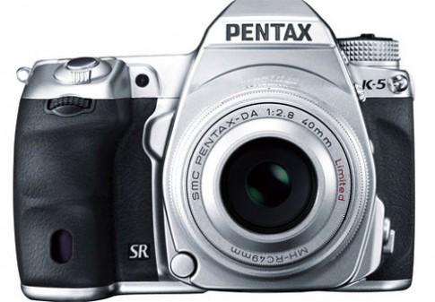 Pentax ra phiên bản K5 và ống kính DAltd màu bạc