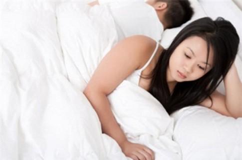 """Phát bực vì vợ chỉ đạo """"chuyện ấy"""" ngay trong đêm tân hôn"""
