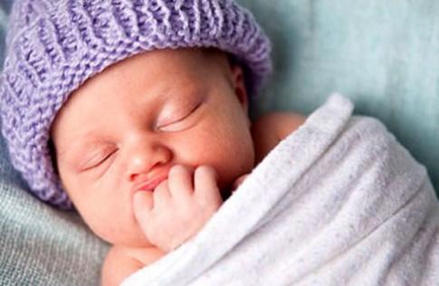 Quấn khăn cho trẻ sơ sinh đúng cách