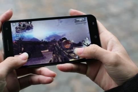 Revo MAX8 thể hiện khả năng chơi game