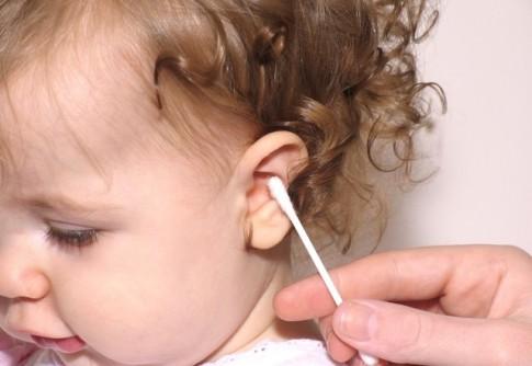 Sai lầm khi sử dụng bông ngoáy tai hàng ngày cho trẻ