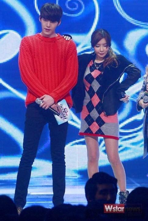 Sao nam xứ Hàn rực rỡ cùng trang phục mang sắc đỏ