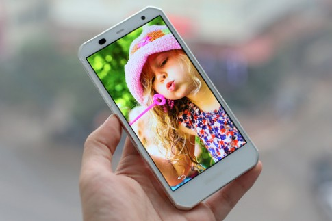 Smartphone màn hình siêu nét Fujitsu F-02G về Việt Nam