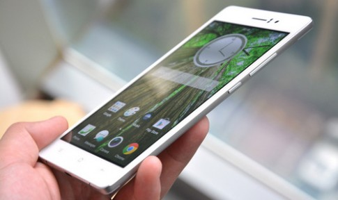 Smartphone mỏng nhì thế giới được dùng để đóng đinh, bị ôtô cán