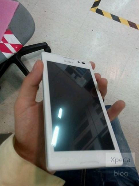 Smartphone Xperia lạ với màn hình 4,3 inch của Sony