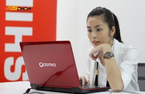 Tăng Thanh Hà bên Toshiba Qosmio