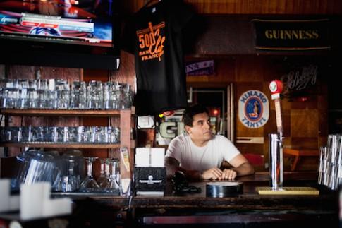 Thiết bị nào từng gây xôn xao khi bị thất lạc tại quán bar và gặp vấn đề bắt sóng yếu?