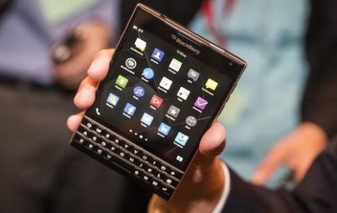 Thử độ bền BlackBerry Passport khi thả rơi cao 2 mét
