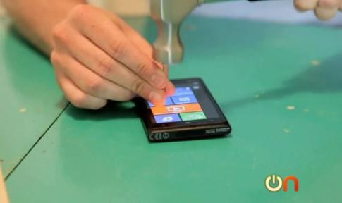 Tra tấn Lumia 900 bằng lò nướng bánh và búa đóng đinh