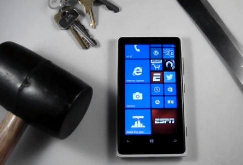 Tra tấn Windows Phone của Nokia bằng búa và dao