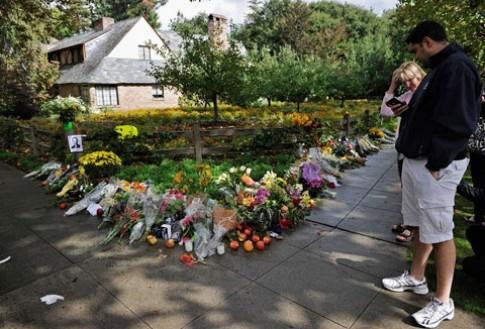 Tưởng nhớ Steve Jobs bằng hoa và táo