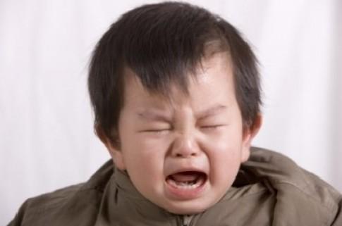 Ứng xử khi bé cào mặt 'ăn vạ'