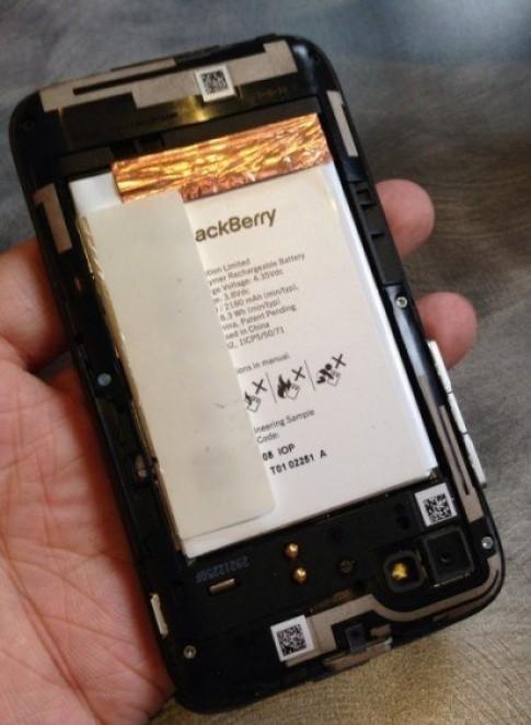 Video đầu tiên về điện thoại BlackBerry R10 giá rẻ