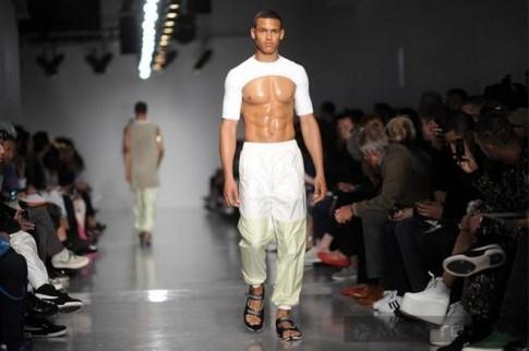 """Xu hướng """"nữ tính"""" tràn ngập Tuần lễ thời trang nam London"""