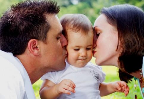 3 điều bố mẹ nên làm trước mặt con thay vì giấu diếm