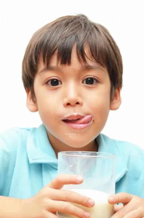 4 phương pháp ép trẻ uống sữa chưa đúng