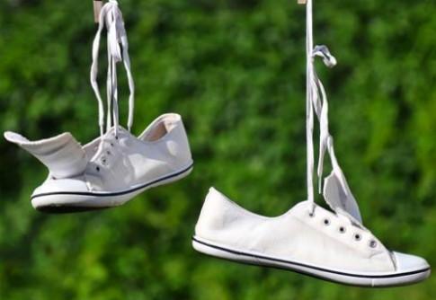 5 cách đơn giản tẩy vết bẩn trên giày vải trắng