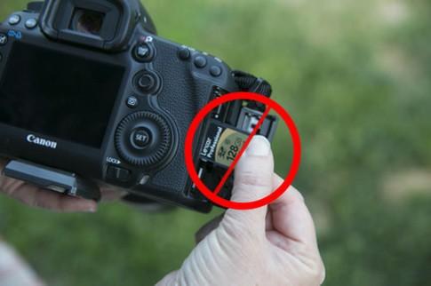 5D Mark III bị chê vì hỗ trợ thẻ SD tốc độ thấp